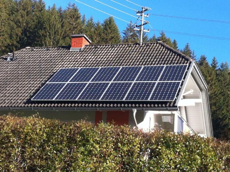 solarzellen dach seit herbst in betrieb die solaranlage auf dem dach der turnhalle in buochs. Black Bedroom Furniture Sets. Home Design Ideas